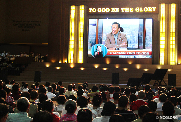 Bro Eli Soriano teaching Members of the Church of God a biblical topic via live video streaming during a Thanksgiving service in January 2013