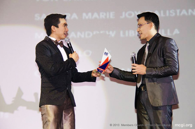 At the Sofitel Plaza, Kuya Daniel Razon accepts The Luminary Award from Rappler.com and Rexona on November 28, 2013. Atty. Reggie Tongol received it on his behalf the same night.