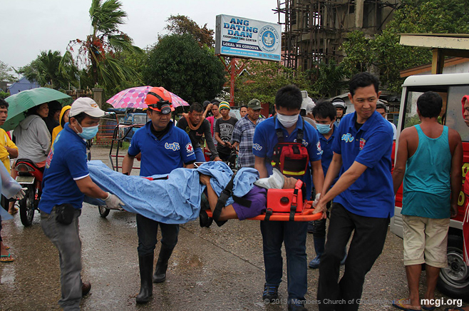 The UNTV News and Rescue Team in Cordova, Cebu helping a man injured by Typhoon Haiyan in November of 2013. (Photo by Romaldo Solon, Photoville International)