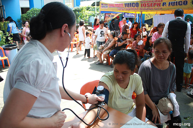 A volunteer nurse attends to a medical mission to Typhoon Ondoy victims last February 24, 2014.
