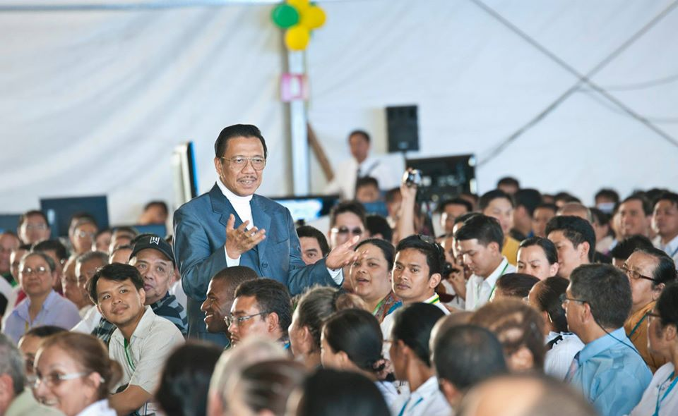Presiding Minister to MCGI, Bro. Eli Soriano walks along the aisle of the makeshift convention center and reveals biblical wisdom amid Latin American and Filipino delegates.