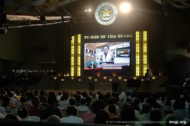 Bro. Eli Soriano delivering a Biblical topic in one of MCGI's weekly Thanksgivings to God. (Photo courtesy of Prince Maverick Marquez, PVI)