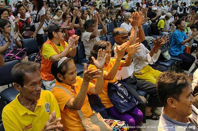 "UNTV staff and hosts entertain the thousands of elderly and visitors as they wait to avail a slew of free services at the World Trade Center during the ""Elderpowerment"" event on June 25-26, 2014.(PHOTOVILLE INTERNATIONAL)"
