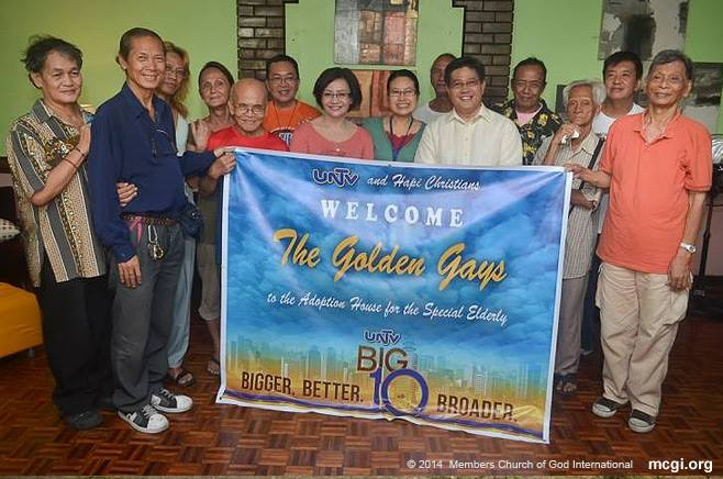 "MCGI Katulong ng Pangangasiwa Bro. Danny Navales (third from L) poses with the members, supporters and founders of the Home for the Golden Gays. Through an effort spearheaded by MCGI's ""Happy Christian"" group, the Home for the Golden Gays have been transferred to a bigger location in Novaliches. (PHOTOVILLE INTERNATIONAL)"