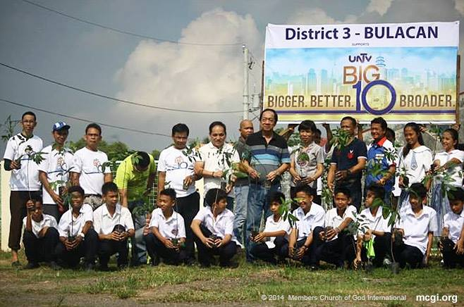 """Sta. Maria, Bulacan Mayor Bartolome """"Omeng"""" Ramos (Center), Vice Mayor Rico Sto. Domingo (3rd from Left) and the participants of the tree-planting activity posed after planting 1500 mahogany saplings at the Sta. Cruz High School, Sta Maria, Bulacan in support of UNTV 37's 10th anniversary.(PHOTOVILLE INTERNATIONAL)"""