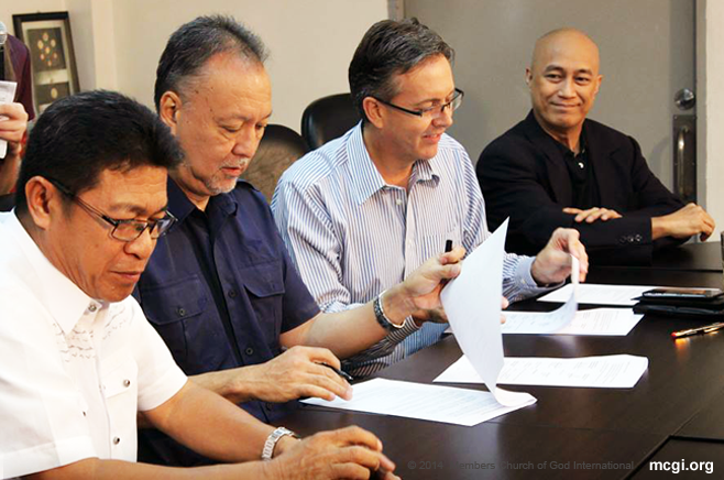 (From left) Mr. Gerry Panghulan of BMPI-UNTV along with Mr. Antonio Habana and Mr. Ralph Walker of Equinet Architectural Engineering and Support sign the Memorandum of Agreement with Dr. Che Lejano as mediator. (Photo courtesy of Photoville International)