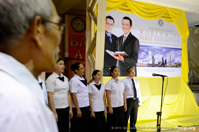 An MCGI Locale Choir singing in Brgy. Putatan in Muntinlupa City, Philippines for the Worldwide Bible Exposition of February 6, 2015. They sing simultaneously with other MCGI choirs in different parts of the globe connected via satellite and the Internet. (Photo courtesy of Photoville International)