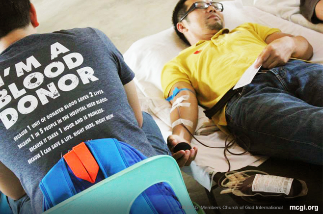 A brother from Angeles, Pampanga, volunteers to donate blood in the simultaneously held Mass Blood Letting Drive in June 2015. (Photo courtesy of Photoville International)