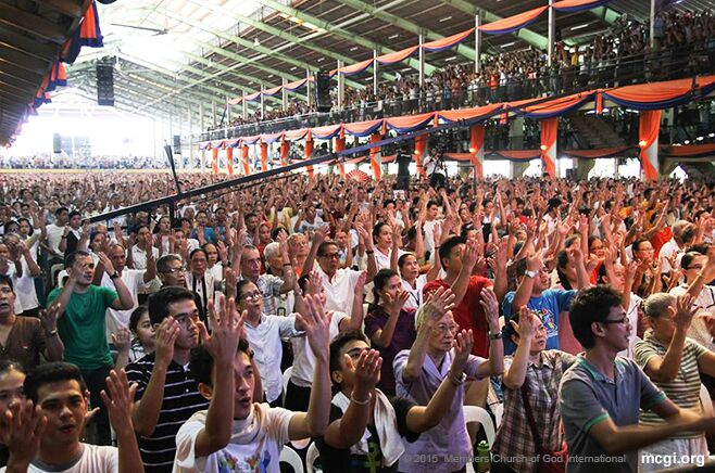 Members at the ADD Convention Center in Pampanga, Philippines, offering a song of thanks to God during the Thanksgiving of the Body. (Photo courtesy of Photoville International)