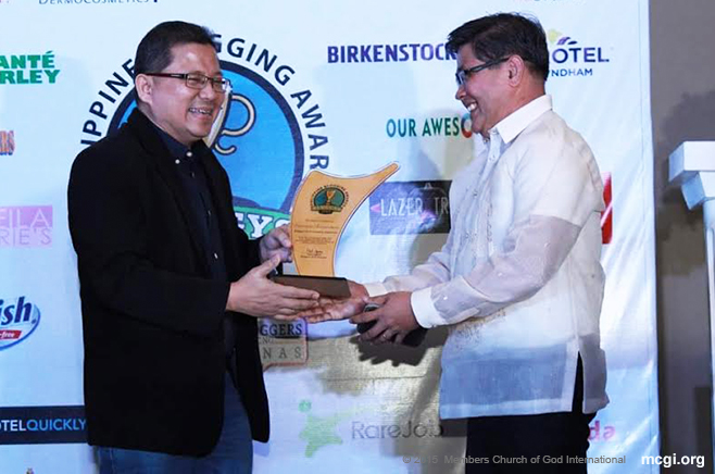 Bro. Danny Navales accepts the award of Bro. Eli Soriano's blog, Controversy Extraordinary in November of 2015.